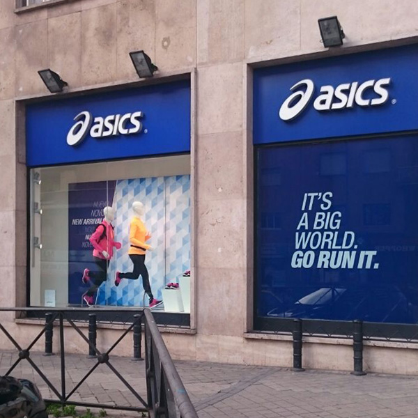 Escaparate Asics